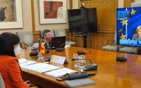 La ministra de Sanidad, Carolina Darias, en conexión con Stella Kyriakides, comisaria de Salud de la UE (Foto: M. Sanidad)