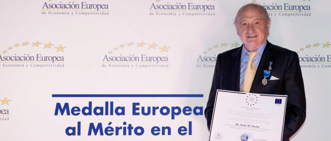 El doctor Paylos, con su distinción (Foto. HLA)