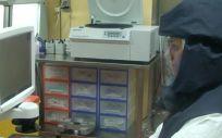Trabajando en el laboratorio de alta seguridad del Instituto de Virología e Inmunología (IVI) de Berna (Suíza). (Foto. IVI)