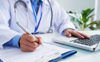 Médico consultando datos sobre pacientes (Foto. Freepik)