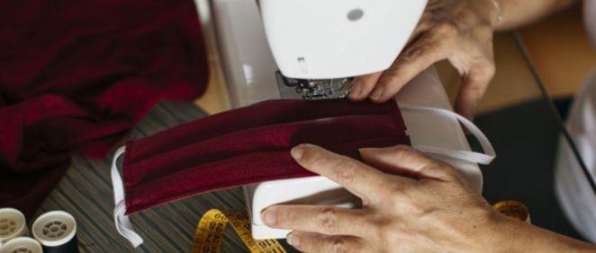 Mujer confeccionando una mascarilla de tela (Foto. Freepik)