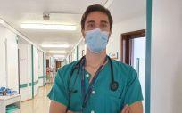 El doctor Eduardo Aparicio Minguijón, residente del Servicio de Medicina Interna, fotografiado para la entrevista (Foto: Cedida por el Gabinete de Comunicación del Hospital Universitario 12 de Octubre)