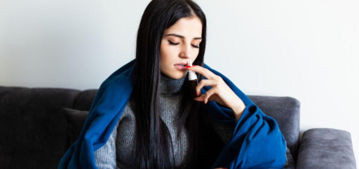 Mujer utilizando un spray nasal (Foto. Freepik)