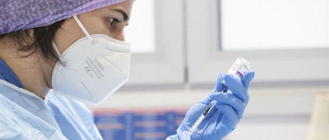 Enfermera prepara una vacuna. (Foto. ERRE DE HIERRO)