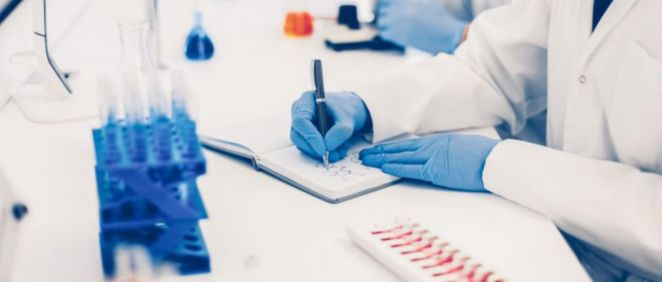 Científico registrando resultados de un ensayo (Foto. Freepik)