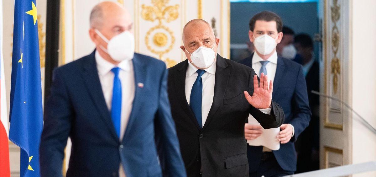 De izquierda a derecha el primer ministro esloveno, Janez Jansa, el primer ministro búlgaro, Boyko Borisov, y el canciller austriaco, Sebastian Kurz, llegan a una rueda de prensa (Foto. Georg HochmuthAPAdpa)