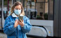 Una mujer utiliza un teléfono móvil antes de hacer un viaje (Foto: @EU_Commission)