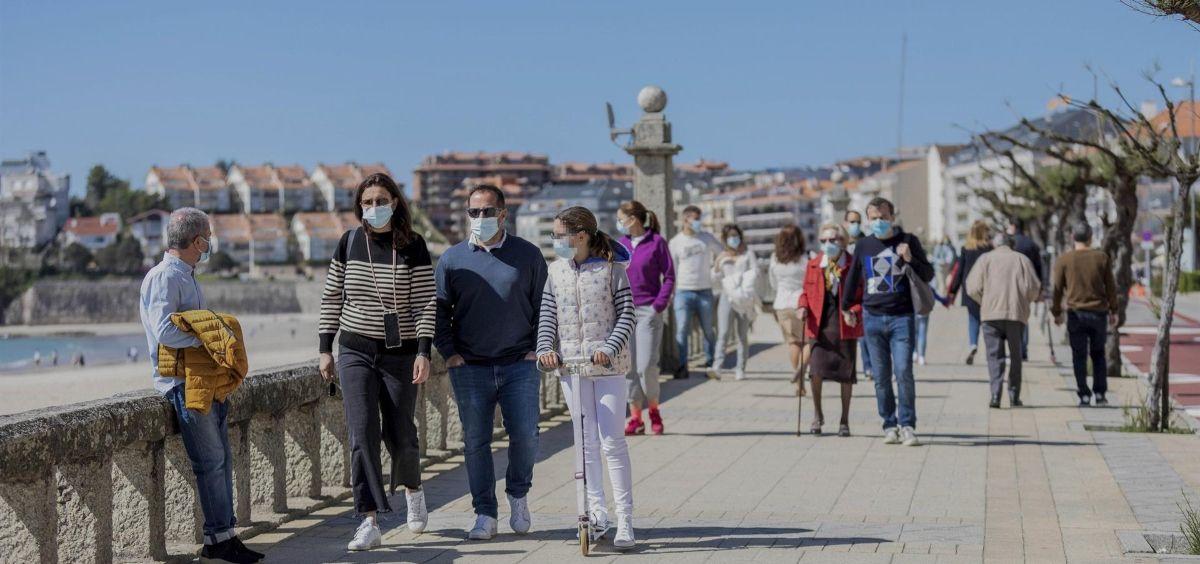 Varias personas caminan por un paseo marítimo en Sanxenxo, Pontevedra, Galicia (Foto. Beatriz Ciscar   Europa Press)