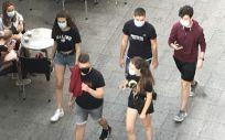 Gente paseando con mascarilla delante de una terraza (Foto. EUROPA PRESS   Archivo)