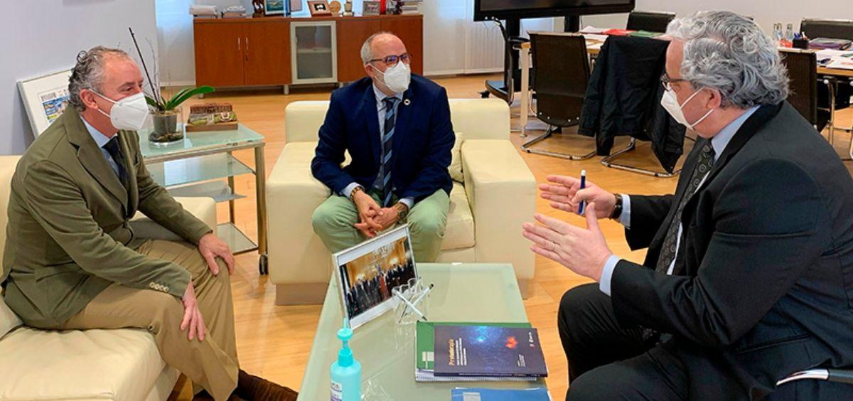 Cobo, Rodríguez y Hernández de Sande, durante la reunión mantenida en las dependencias de la Consejería de Sanidad (Foto Oficina de Comunicación)