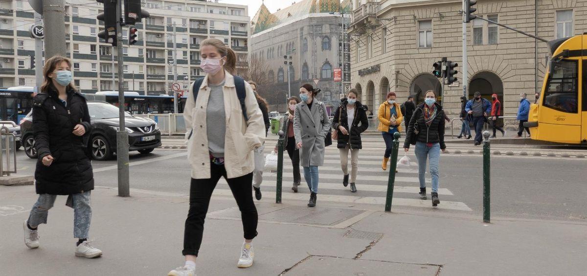 Gente camina con mascarilla (Foto. ATTILA VOLGYI   XINHUA NEWS   CONTACTOPHOTO)
