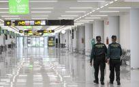 Dos guardias civiles en el aeropuerto de Palma de Mallorca. (Foto Isaac Buj   Europa Press   Archivo)