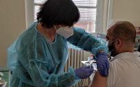 Personal sanitario de Instituciones Penitenciarias vacunando en un centro penitenciario. (Foto. @IIPGob)