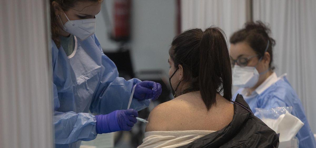 Una mujer recibe una dosis de la vacuna contra la COVID 19 de AstraZeneca en Sevilla (Foto. María Jose López   Europa Press)