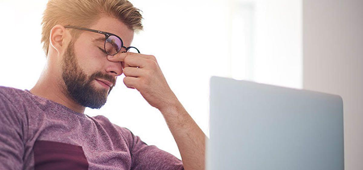 Uso continuo de pantallas de ordenador y móviles, principales factores de riesgo del ojo seco