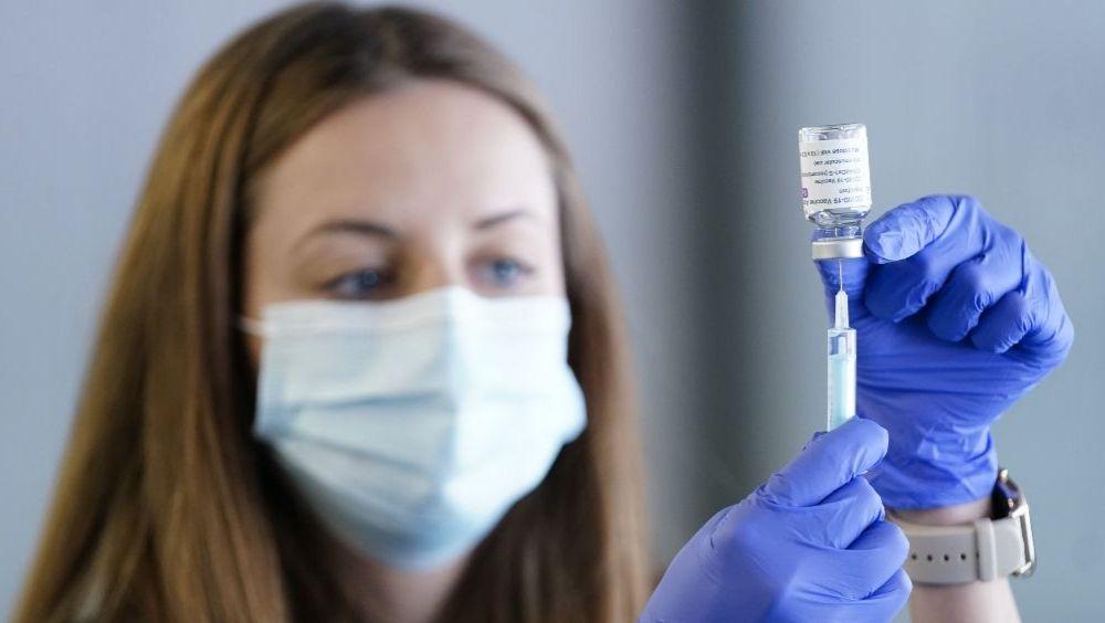 Una profesional sanitaria prepara la administración de una vacuna frente a la Covid-19 (Foto: CAM)