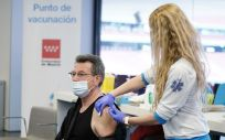 Una profesional sanitaria administra una vacuna frente al Covid-19 (Foto: CAM)