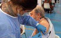 Manolo, de 77 años, recibe la primera dosis de la vacuna en Sevilla. (Foto. Junta de Andalucía)