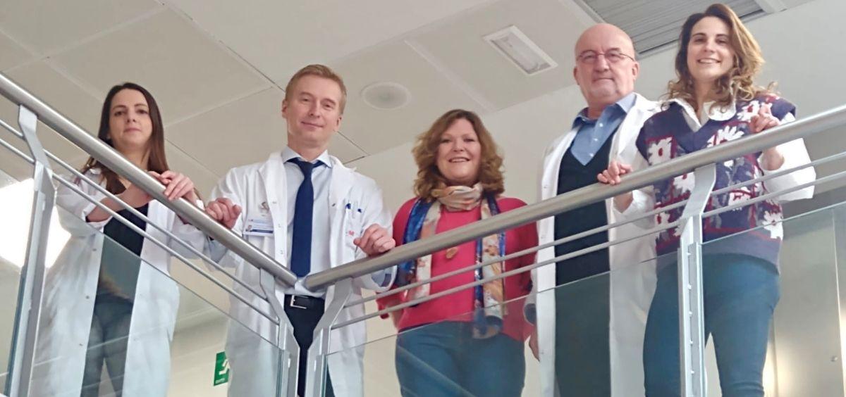 El Dr. Rumin (2º por la izda) con los doctores y enfermeras de quirófano involucrados en la Unidad de Cirugía de Columna (Foto. HUIE)