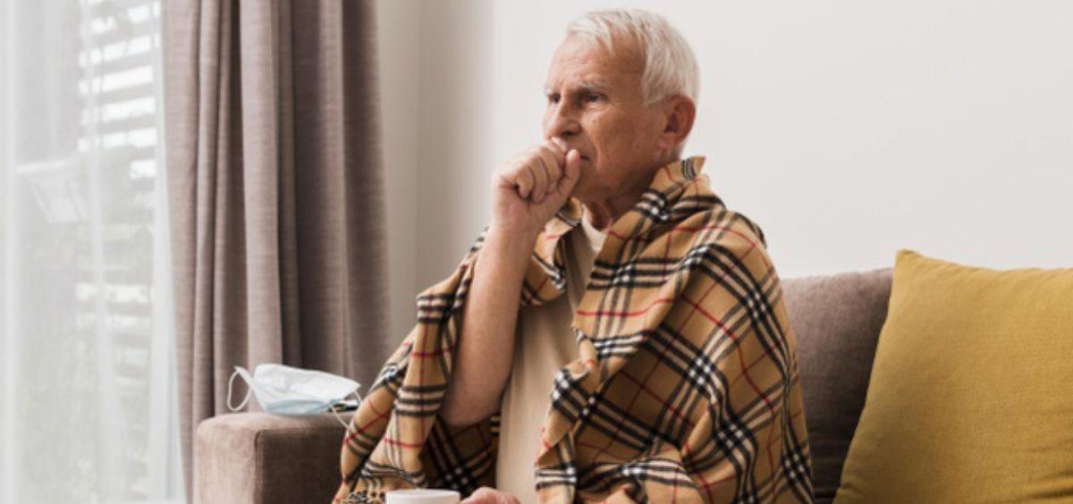 Anciano tosiendo