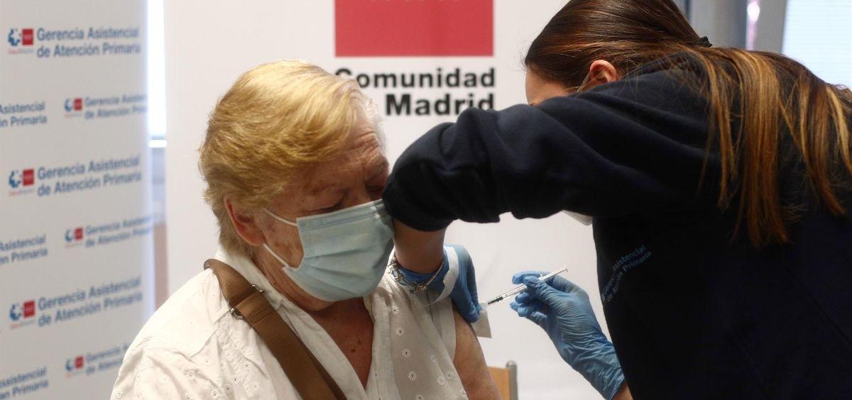 Una sanitaria inyecta la primera dosis de la vacuna de Pfizer contra el coronavirus a una anciana en el Centro de salud Rejas (Foto. Eduardo Parra   Europa Press)