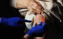 Un trabajador sanitario suministra la vacuna contra el Covid 19 a una persona, en el Centro Cultural Miguel Delibes, a 5 de abril de 2021. (Foto. PhotogenicClaudia Alba   Europa Press)