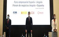 El presidente del Gobierno, Pedro Sánchez, y la ministra de Industria, Comercio y Turismo, Reyes Maroto, en el Foro Empresarial España Angola en Luanda   POOL MONCLOA.BORJA PUIG DE LA BELLACASA