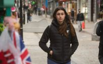 Una chica camina sin mascarilla por Gibraltar (Foto. Marcos Moreno   Europa Press)