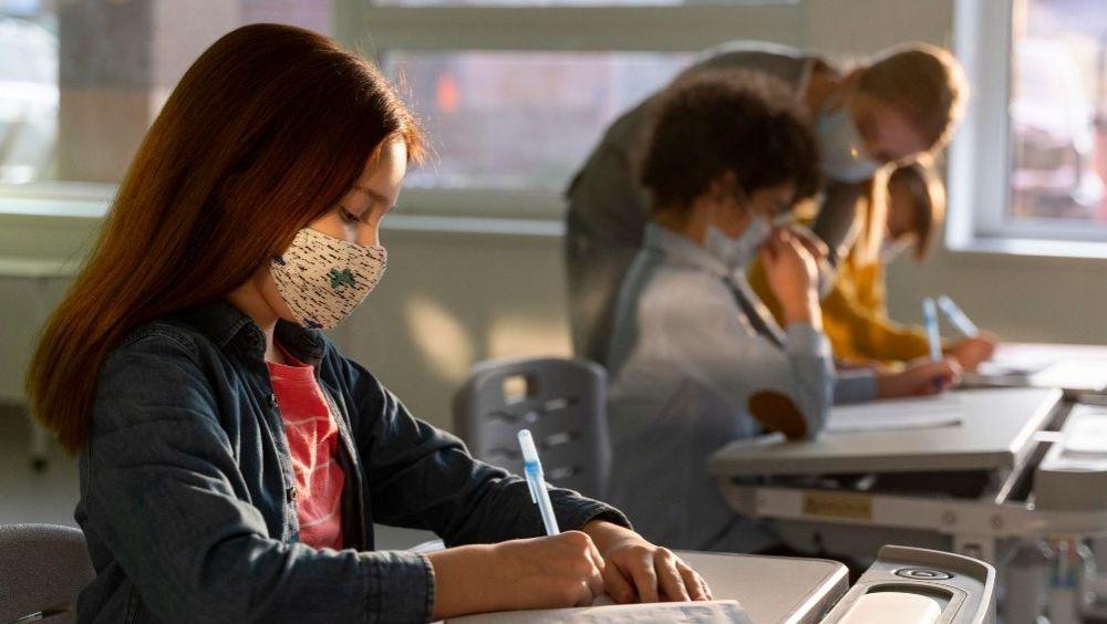 Niños en un colegio durante la pandemia de Covid-19 (Foto: Freepik)