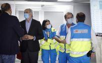 El consejero de Sanidad de la Comunidad de Madrid, Enrique Ruiz Escudero, ha visitado este sábado el punto de vacunación masiva del Wizink Center