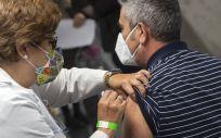 Sanitaria administra la vacuna de la Covid 19 (Foto. lberto Ortega   Europa Press)