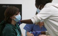 Un empleada sanitaria suministra la vacuna contra la Covid 19 en el dispositivo de vacunación puesto en marcha en el polideportivo Germans Escalas, en Palma. (Foto. Isaac Buj   Europa Press)