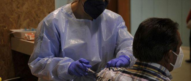 Una sanitaria inyecta a un paciente la primera dosis de la vacuna AstraZeneca en el recinto de Expourense (Foto. Rosa Veiga   EP)
