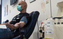El médico Nacho del Campo donando plasma con anticuerpos (Foto. HOSPITAL VALDECILLA)
