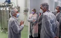 El presidente del Gobierno, Pedro Sánchez, visita las instalaciones de producción de HIPRA (Foto. Hipra)