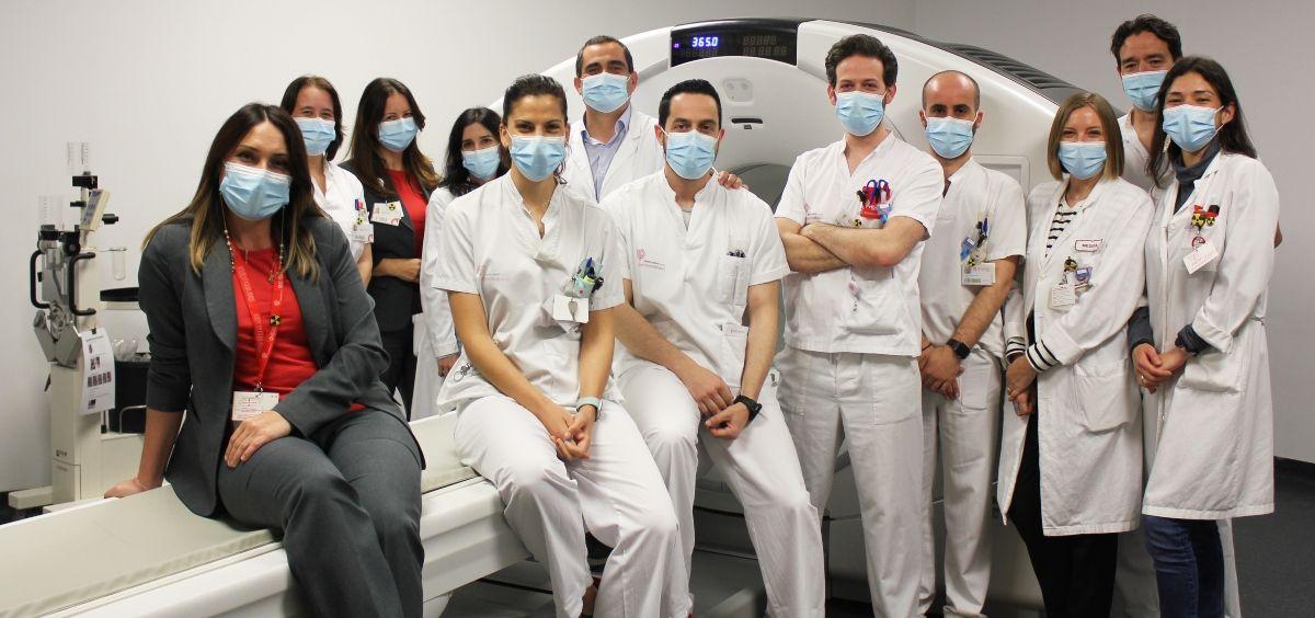 Equipo del Hospital de Vinalopó junto al nuevo PET TAC 02 (Foto. Ribera)