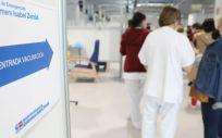 Varias personas acuden a recibir la vacuna contra el Covid 19 en el Hospital Isabel Zendal, Madrid (Foto. Marta Fernández Jara   EP)