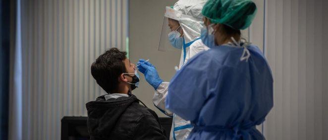 Un hombre recibe una prueba PCR en una imagen de archivo. (Foto. David Zorrakino   Europa Press)