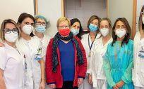 Foto del equipo del Clínico San Carlos y de la primera paciente a la que han realizado esta técnica en el hospital (Foto. ConSalud)