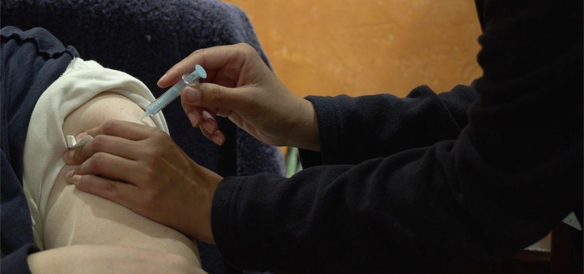 Una persona recibe una vacuna frente al Covid-19 en Madrid (Foto: CAM)