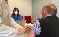 Un hombre recibe una vacuna frente al Covid-19 en Asturias (Foto: Consejería de Sanidad)