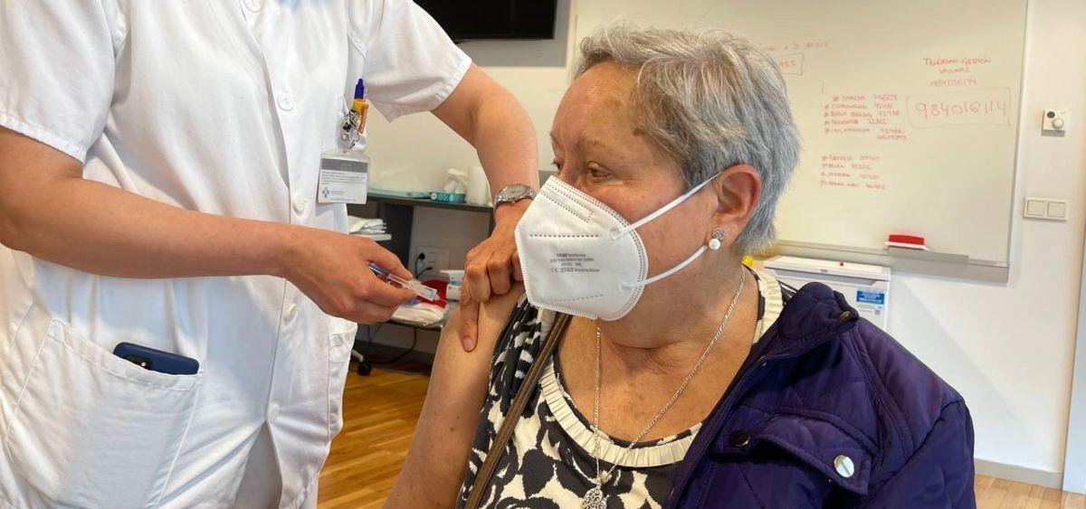 Una mujer mayor recibe una vacuna frente al Covid-19 en Asturias (Foto: Consejería de Sanidad)