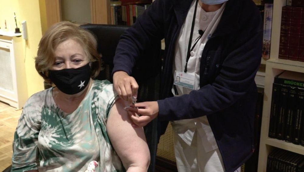 Una mujer recibe una vacuna frente al Covid-19 en Madrid (Foto: CAM)