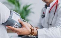 Un médico mide la presión sanguínea a un paciente (Foto: Freepik)