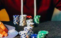 Joven apostando a juegos de azar. (Foto. Chris Liverani en Unsplash)