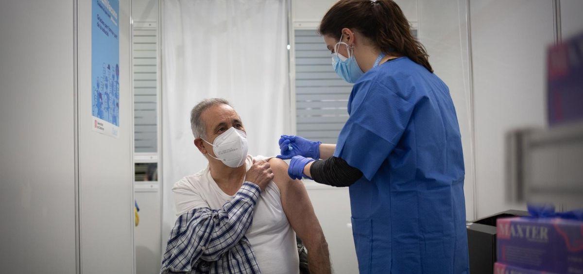 Una sanitaria vacuna a un hombre del Covid 19 (Archivo) (Foto. David Zorrakino   Europa Press)
