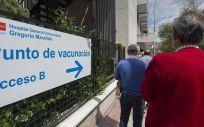 Varias personas esperan para recibir la vacuna contra la Covid-19, a 27 de abril de 2021, en el Hospital General Universitario Gregorio Marañón (Foto: Alberto Ortega - EP)