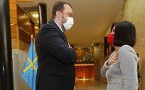 La ministra de Sanidad, Carolina Darias, con el presidente del Principado de Asturias, Adrián Barbón