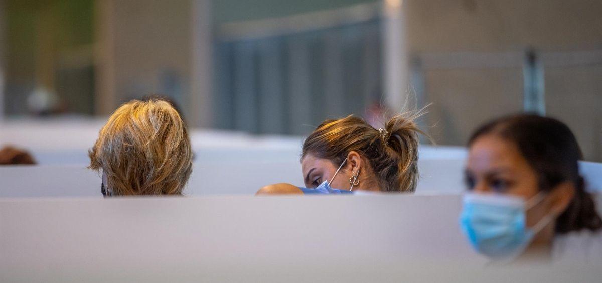 Personal sanitario poniendo la dosis de la vacuna. (Foto. Eduardo Briones - Europa Press)