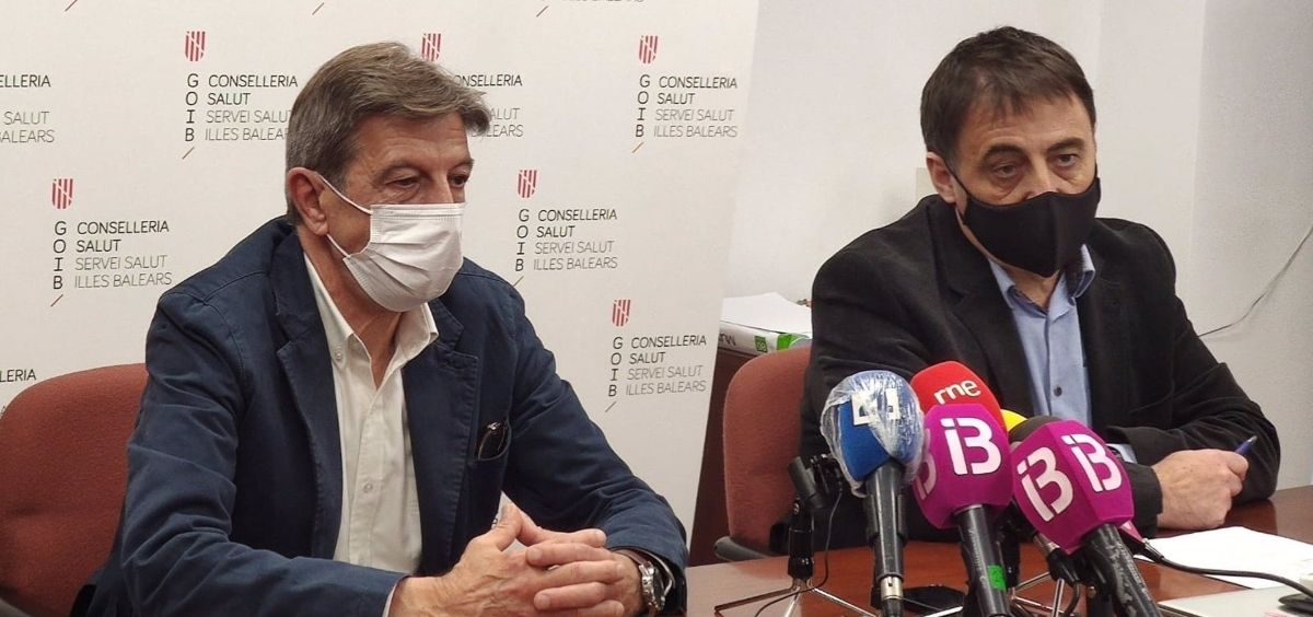 El presidente del Cofib, Antoni Real, y el director de Gestión y Presupuestos del Servicio de Salud, Manuel Palomino Chacón. (Foto. CAIB)